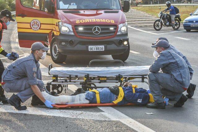 Jovem de 21 anos fica com grave ferimento após se acidentar com carro, em Piracicaba