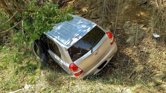 """Mulher leva """"fechada"""" no trânsito, perde controle de carro e colide contra árvore, em Piracicaba"""