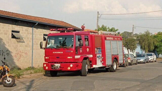 Fogo em barril mobiliza Corpo de Bombeiros a barracão, em Piracicaba