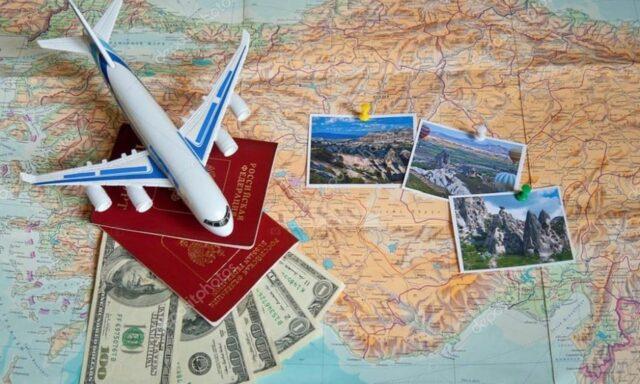 Uma foto de um avião, dinheiro e passaporte para viajar