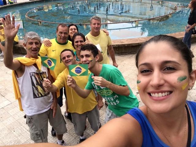 Caroll Savino foi a primeira a postar no facebook a foto dela de cara pintada com os amigos. O grupo aderiu ao pedido dos organizadores e vestiu as cores da bandeira nacional. - Foto: Reprodução / Facebook