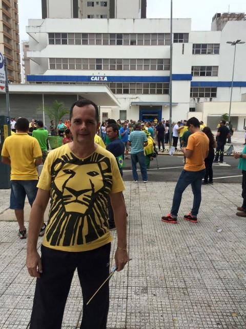 Roberto Santarcangelo também postou a sua foto. Ao fundo é possível ver um grupo de pessoas em frente ao Poupa Tempo aguardando a saída da caminhada. - Foto: Reprodução / Face book