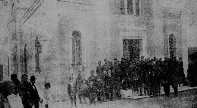 Έξω από την εκκλησία του Αγίου Ιωάννη εντός του προαυλίου χώρου του τότε Χατζηκυριάκειου Στρατιωτικού Νοσοκομείου όπου είχαν μεταφερθεί διασωθέντες του ναυαγίου αλλά και είχαν διακομιστεί τα σώματα που πνιγμένων