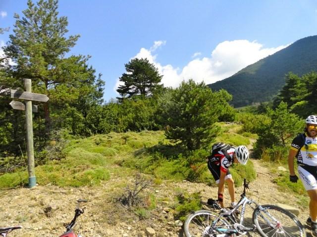Retomando las bicis, tras visitar el Dolmen