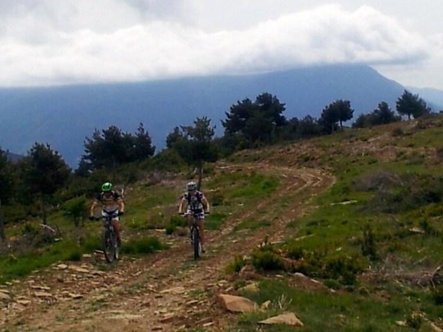 Carlos y Patri del BTTAVA llegando al punto mas alto de la Sierra de la Contienda con el Oturia al fondo.