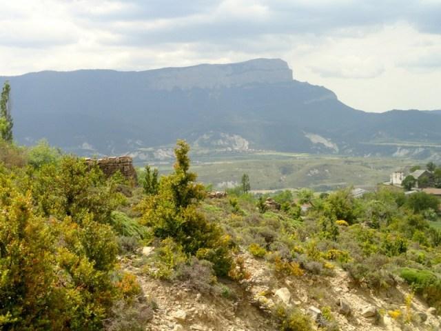 Vista del Oroel, con pequeña cabañita de piedra, medio derruida y tragada por la naturaleza.