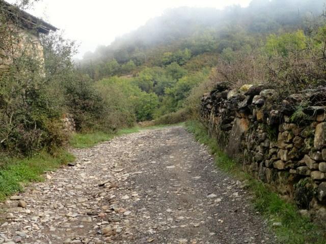 Murete de laja de piedra, junto al camino