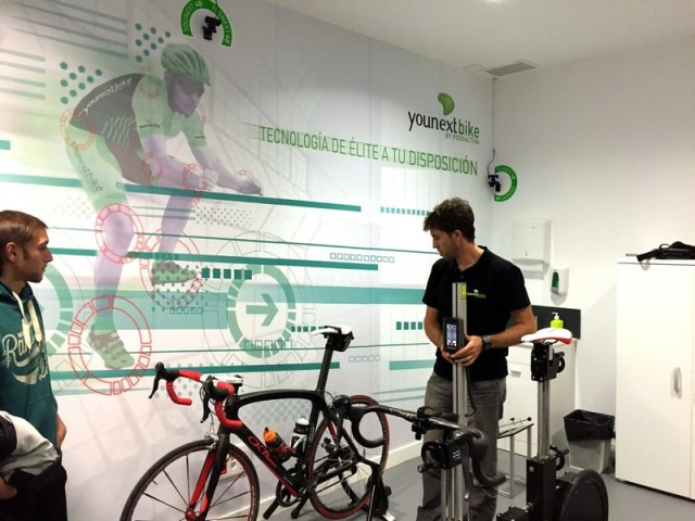 Tomando las medidas de la bici del cliente