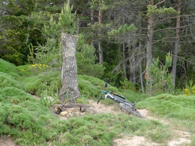 Curiosa piedra en el desvío hacia Oroel
