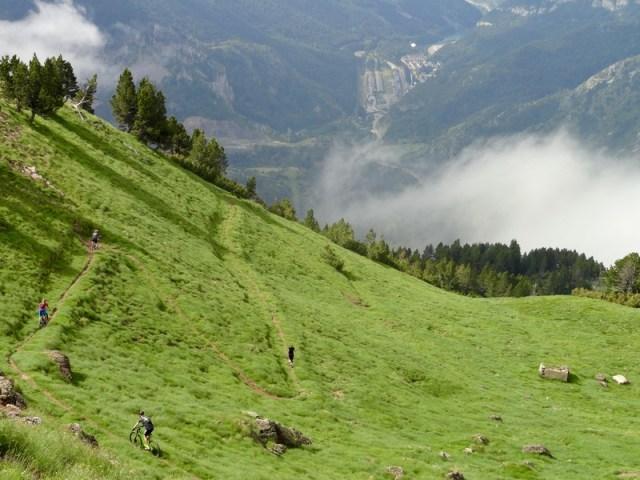 """Primeras """"zetas"""" de bajada, vistas desde la cresta"""