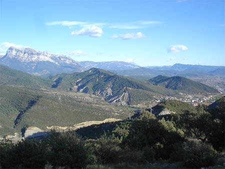 villa de boltaña desde Silves con la Peña Montañesa al fondo