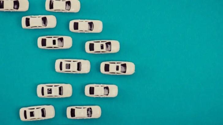 たくさんの小さな車が並ぶ