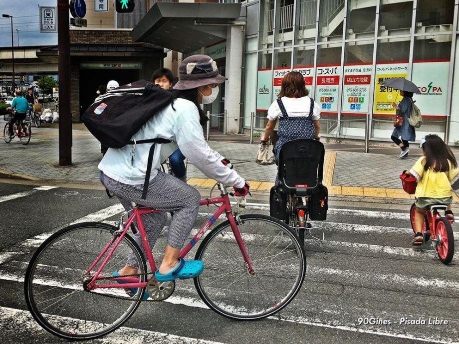 Mujeres en la bicicleta, incluyendo niña. Tokyo 2016