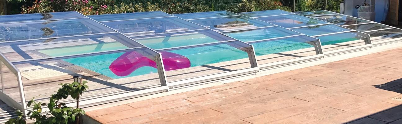 Abri télescopique angulaire transparent, recouvrant une piscine Aquadiscount