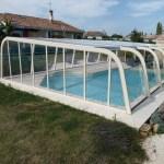 L'abri asymétrique de couleur sable pour faire ressortir les couleurs de votre piscine