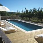 Le couloir de nage, entouré d'une terrasse en bois pour un effet contemporain !
