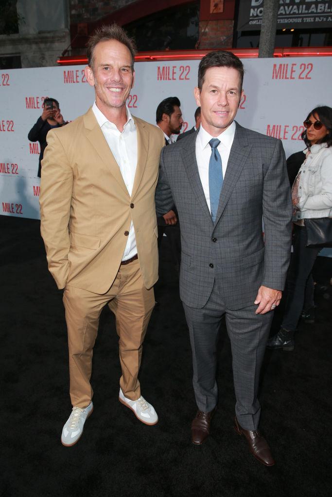 Peter Berg (L) y Mark Wahlberg asisten al estreno de STX Films''Milla 22 'en el Westwood Village Theatre el 9 de agosto de 2018 en Westwood, California.  (Foto de Rich Fury / Getty Images)