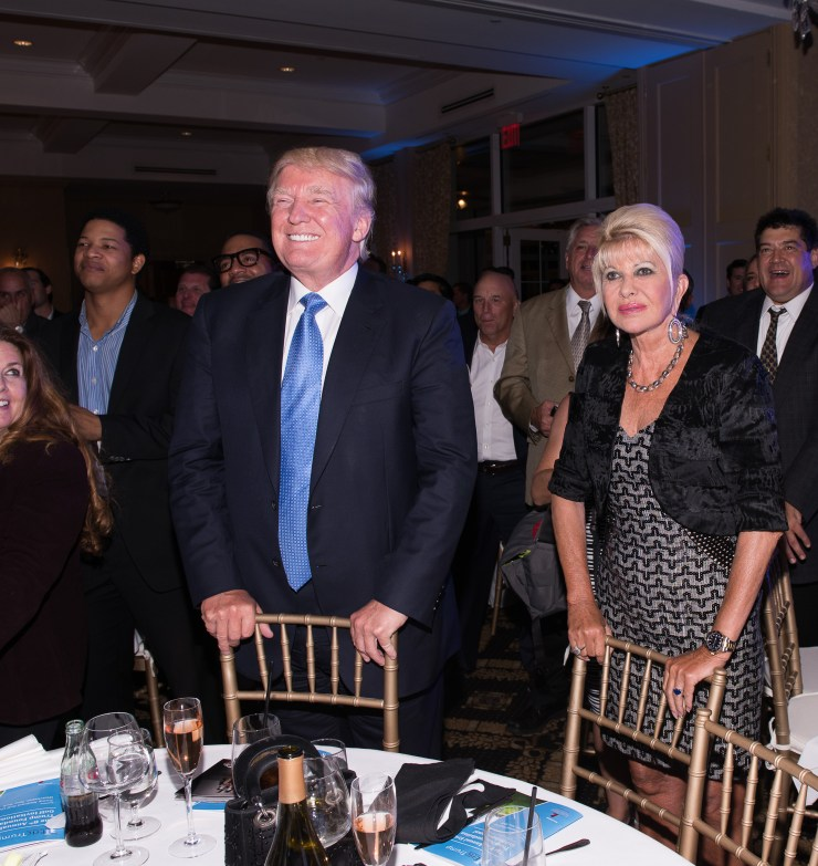 Donald Trump e Ivana Trump participan en el octavo torneo anual de golf de Eric Trump en el Trump National Golf Club Westchester el 15 de septiembre de 2014 en Briarcliff Manor, Nueva York.