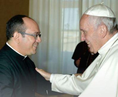 Pe. Rafhael Silva Maciel com Papa Francisco.