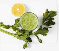 Smoothie verde con verduras y fruta