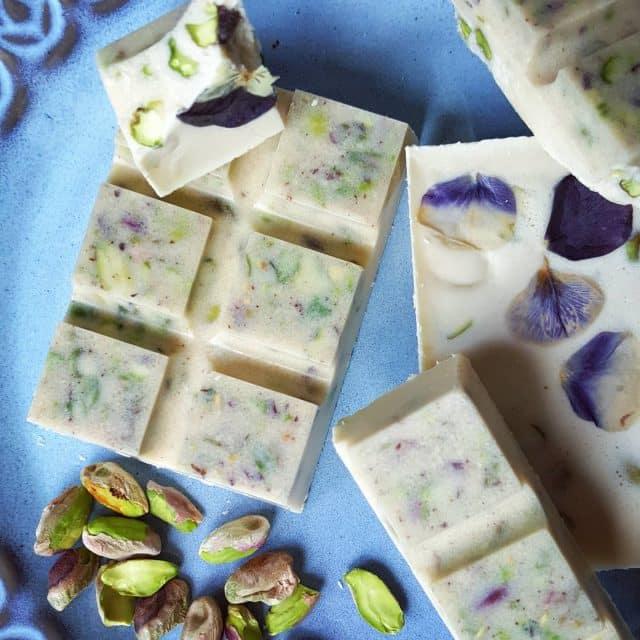 Chocolate blanco con pistachos y flores