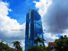 Kalau ini kaca gedungnya memang biru :)