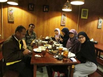 Sebelum makan, foto dulu