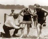 Medindo os maiôs das mulheres, 1920.