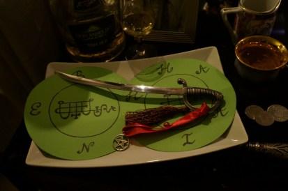 Diese Siegel gehören dem Dämon Bune und dem Engel Haaiah. Angel Haaiah schränkt Dämon Bune ein.