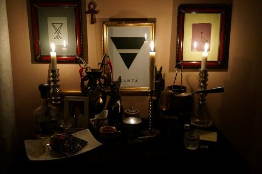 Это ритуал с моим предком и демоном Бюном. Я предлагаю и текилу, и табак.