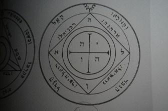 當您召喚土星的其他靈魂時,土星的第5個pentacle將保護您(例如,如果您正在詛咒)。