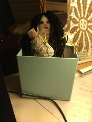 這是一個洋娃娃,她代表我。我用洋娃娃與惡魔簽約。