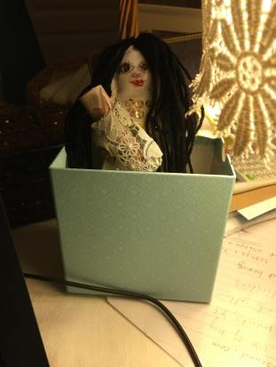 Dies ist eine Puppe und sie repräsentiert mich. Ich benutze Puppen für Pakte mit Dämonen und auch in einigen Geldzauber.