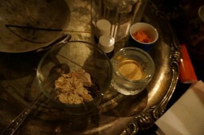 Detta är den vänstra delen av mitt altare. Örter, bark och oljor för läkning av diabetes under en besvärjelse.