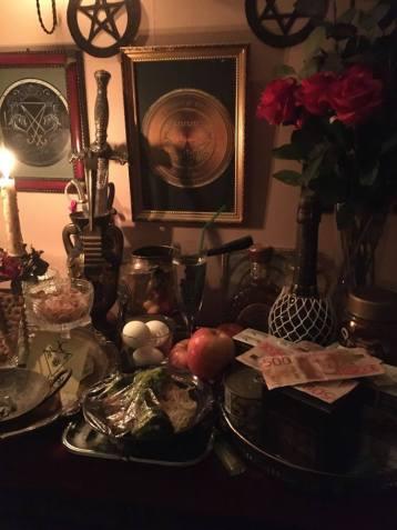 惡魔Lucifer和Belial願意接受您的禮物和奉獻精神。這是我的祭壇。