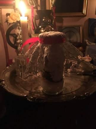 這是帶有Malkunofat印章的女巫瓶。