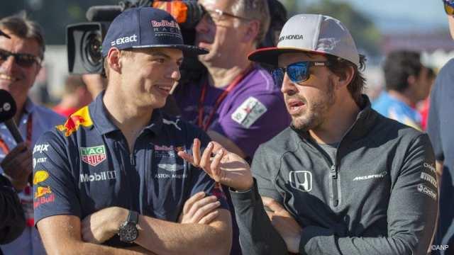 Alonso y Verstappen conversan en una imagen de archivo