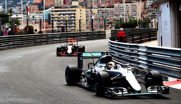 Hamilton y Ricciardo luchan por la victoria