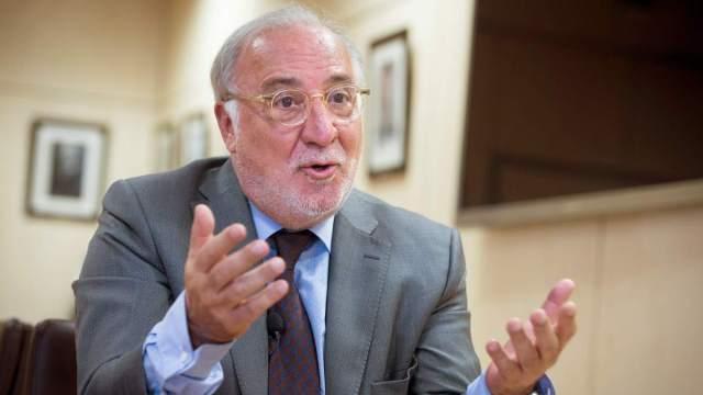 Director de la DGT Pere Navarro en plena entrevista gesticulando