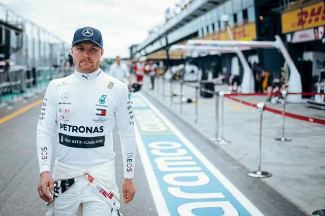 Ferrari y sus cinco opciones en 2021 Bottas camina pensativo por el circuito de Melbourne