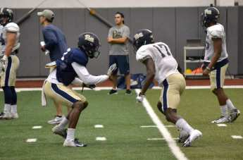 Pitt cornerback Paris Ford (left) tries to jam fellow corner Therran Coleman (right) in a drill at practice on Sept. 18, 2018.