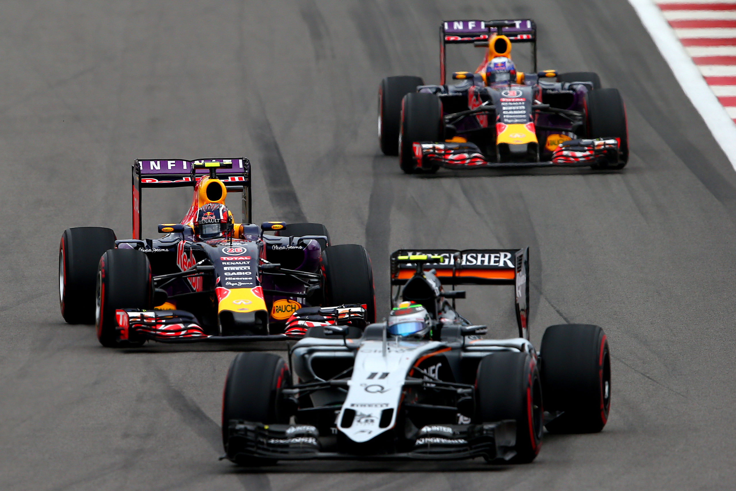 SOCHI, RUSSIA - OCTOBER 11:  Daniil Kvyat of Russia and Infiniti Red Bull Racing and Daniel Ricciardo of Australia and Infiniti Red Bull Racing drive behind Sergio Perez of Mexico and Force India during the Formula One Grand Prix of Russia at Sochi Autodrom on October 11, 2015 in Sochi, Russia.  (Photo by Mark Thompson/Getty Images) // Getty Images / Red Bull Content Pool  // SI201510110214 // Usage for editorial use only //