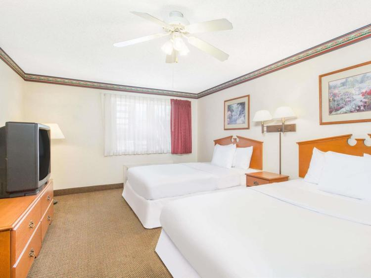 Days Inn & Suites by Wyndham Marshall
