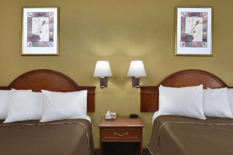 Howard Johnson Hotel & Suites by Wyndham Allentown/Dorney