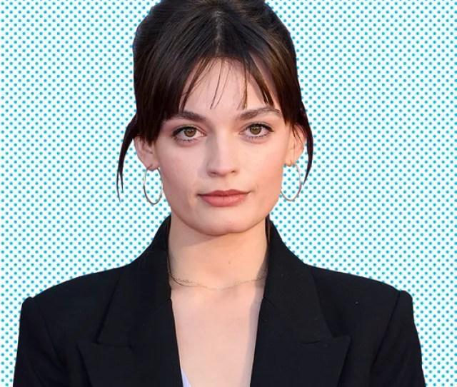 Sex Educations Emma Mackey Doesnt Mind Those Weird Margot Robbie Jokes The Breakout Star Of Netflixs Raunchy Teen Dramedy On Hollywood Look Alikes
