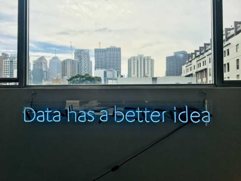 """Letrero con la frase """"data has a better idea"""""""