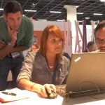 Johannes Kristmann (links) und Riad Djemili (rechts) zeigen Thomas und Sabrina ihr Spiel.