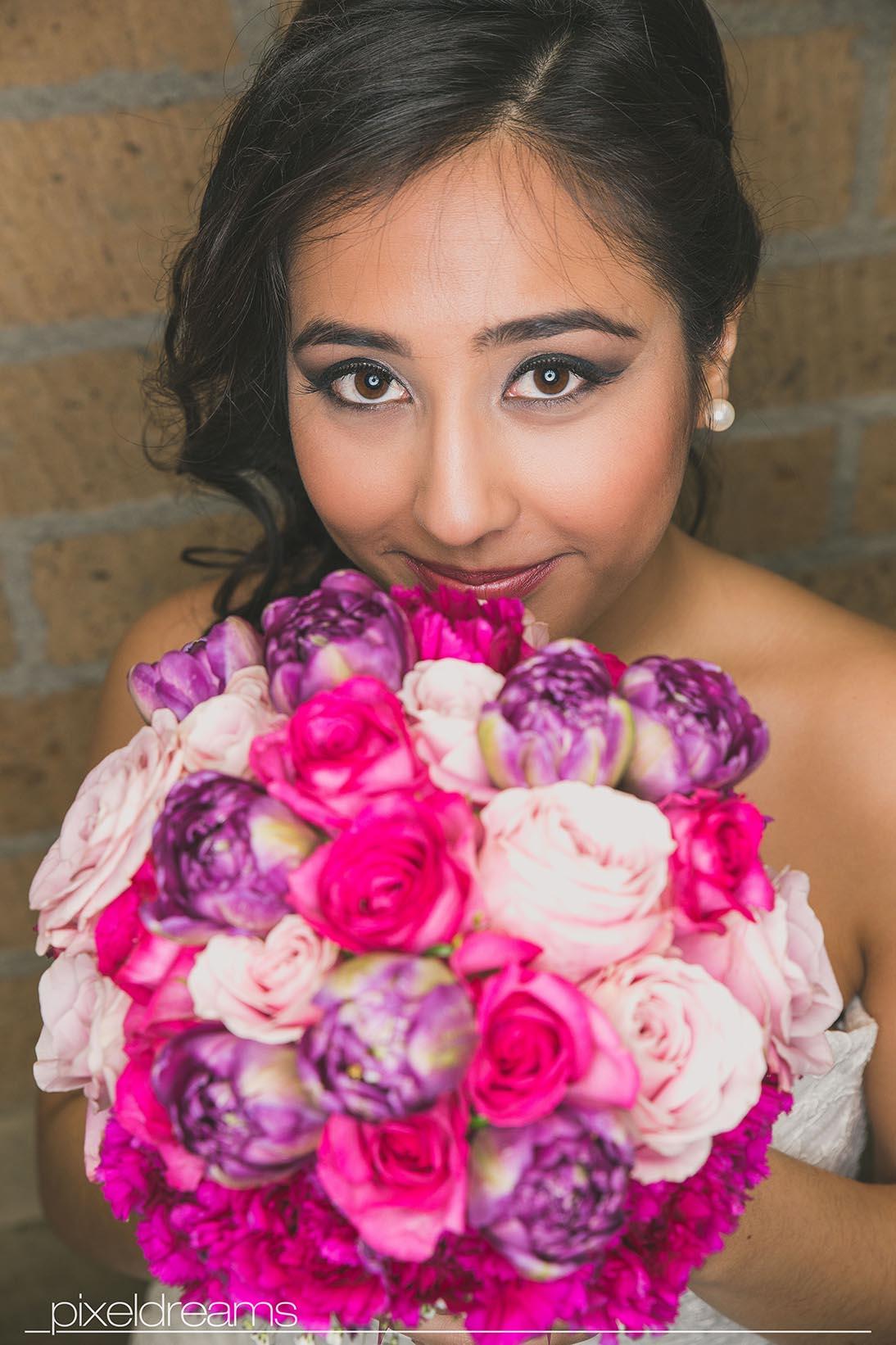 Braut pose mit Blumenstrauß / Brautstrauß - tolles Braut Make-Up und Braut Frisur