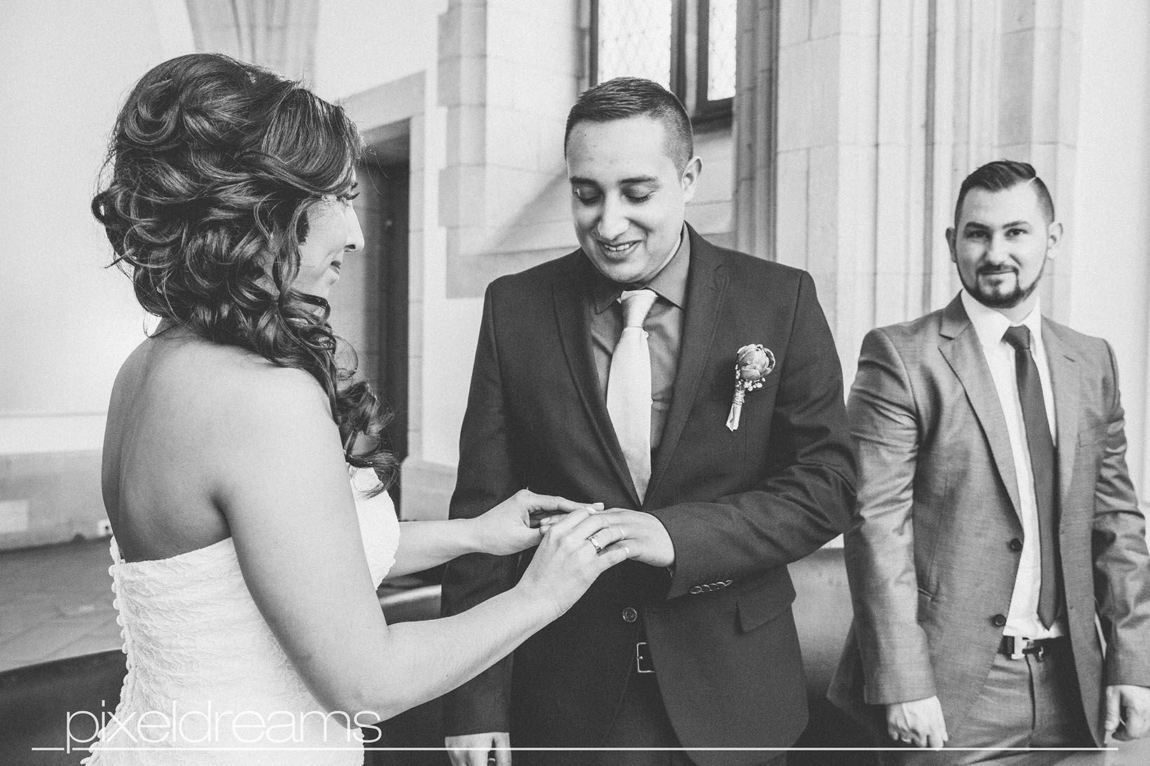Ringtausch - Braut steckt Bräutigam den Ehering auf - Shooting in der Rentkammer am Historischen Rathaus