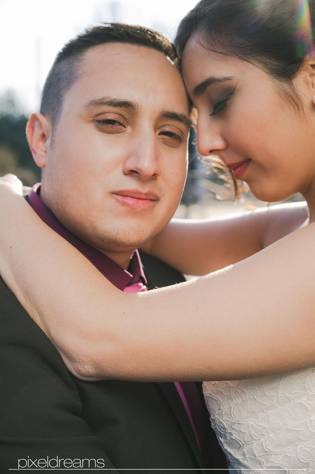 Bräutigam im Fokus - eine moderne pose im romantischem Look - so müssen hochzeitsfotos aussehen